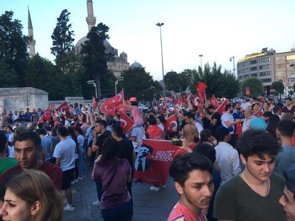 İstanbul Büyükşehir Belediyesi önünde İmamoğlu coşkusu