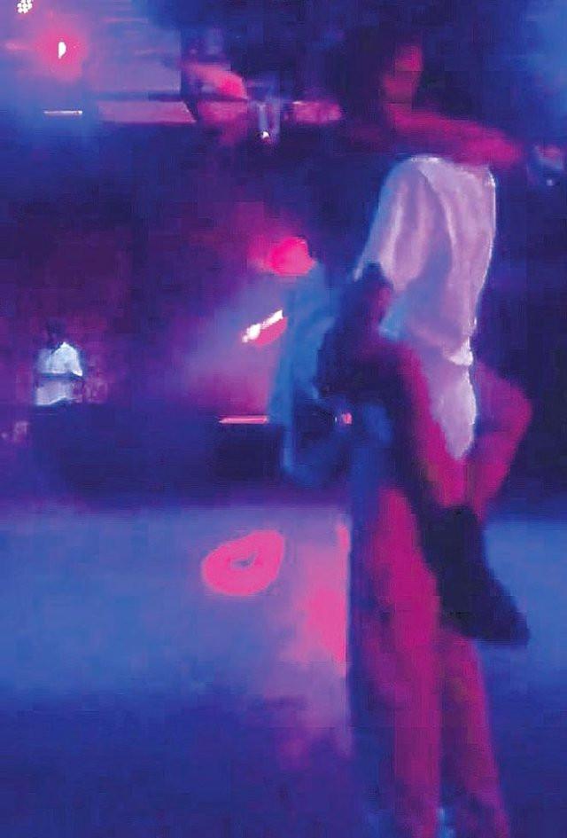 Eliz Sakuçoğlu'ndan sevgilisine olay dans !