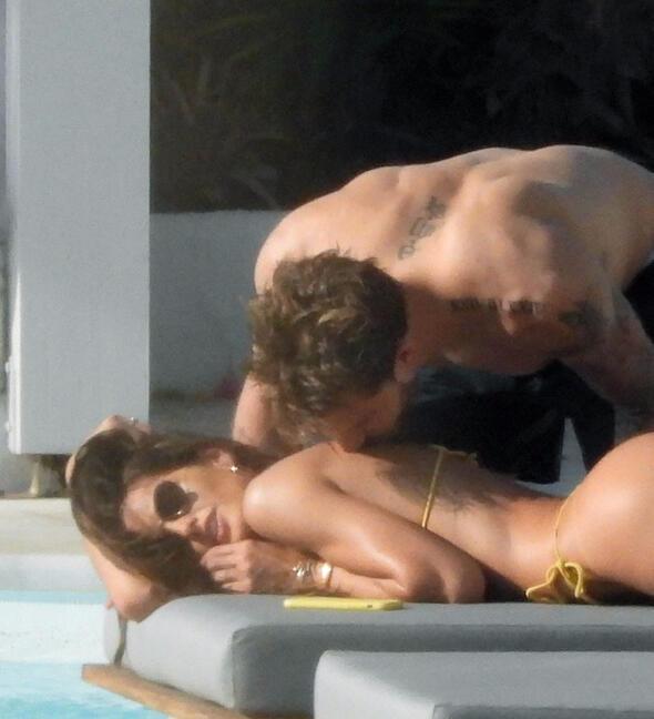 Ünlü çift havuz başında magazincilere aldırmadı, aşka geldi !