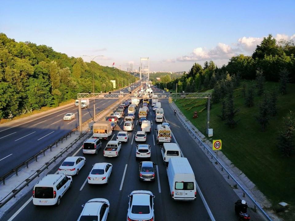 İstanbul'da trafik çilesi ! Metrobüste uzun kuyruklar oluştu