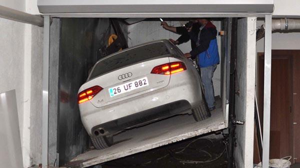 Asansörde kalan otomobil 3 yıl sonra çıkarıldı