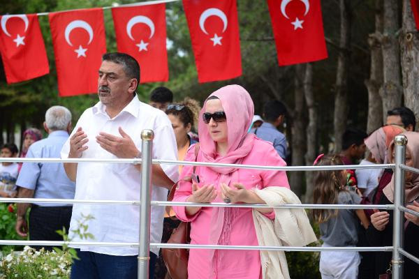 Kahraman Ömer Halisdemir'in mezarına ziyaretçi akını