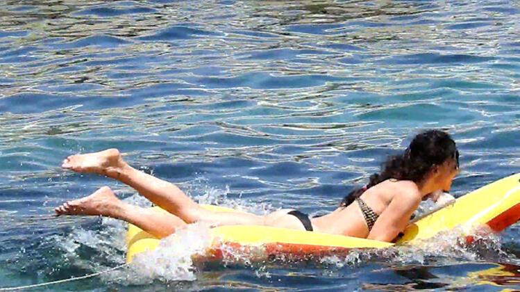 Hande Ataizi'nden bikini şov! Gençlere taş çıkardı