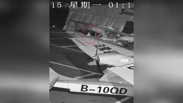Hangardan uçak kaçırmaya çalışan çocuk kamerada