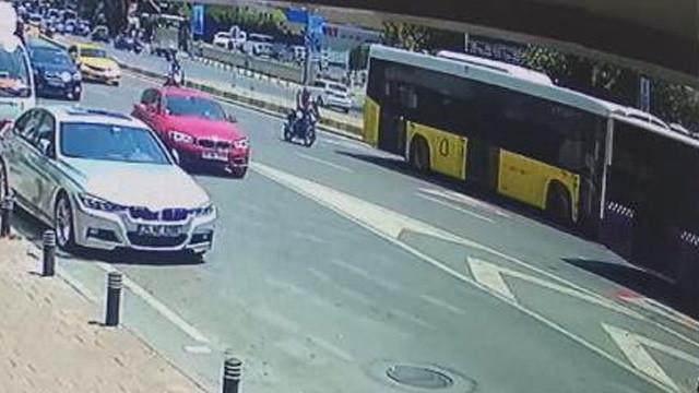 Otobüslerin arasına giren motosikletli dehşeti yaşadı