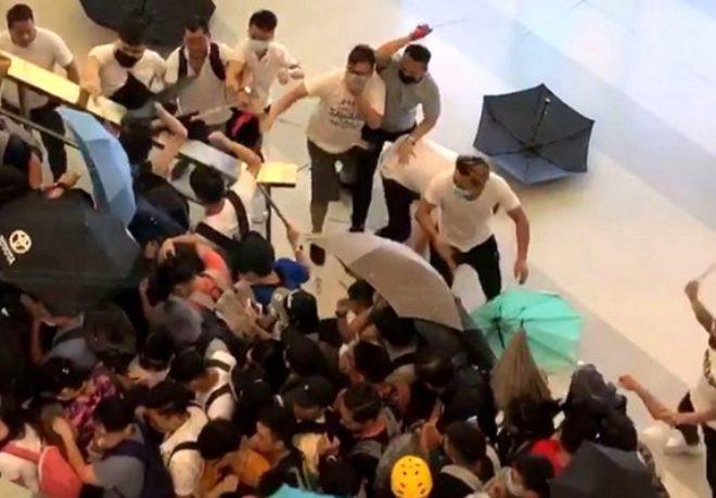 Hong Kong sokakları fena karıştı ! Demir sopalarla saldırdılar