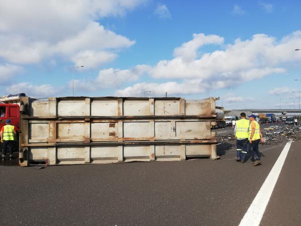 Kuzey Marmara Otoyolu'nda TIR devrildi, yol kapandı !