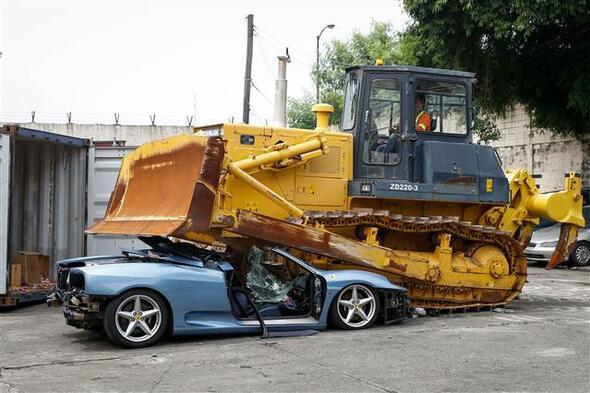 Kaçak Ferrari böyle imha edildi