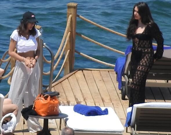 Rafet El Roman'ın kızları plajı yaktı !