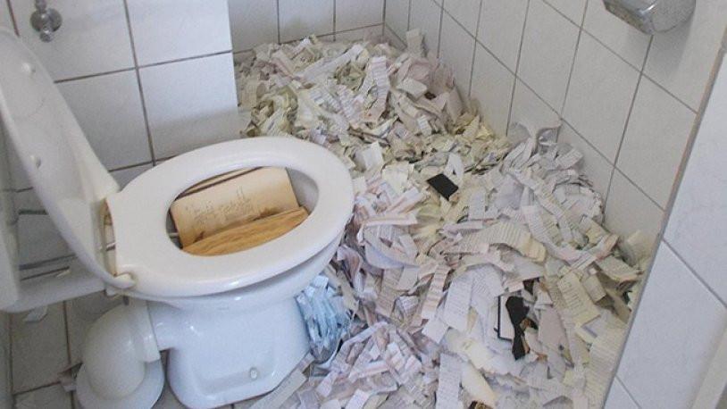 Camiye saldırı ! Kur'an'ı Kerim'i yırtıp tuvalete attılar