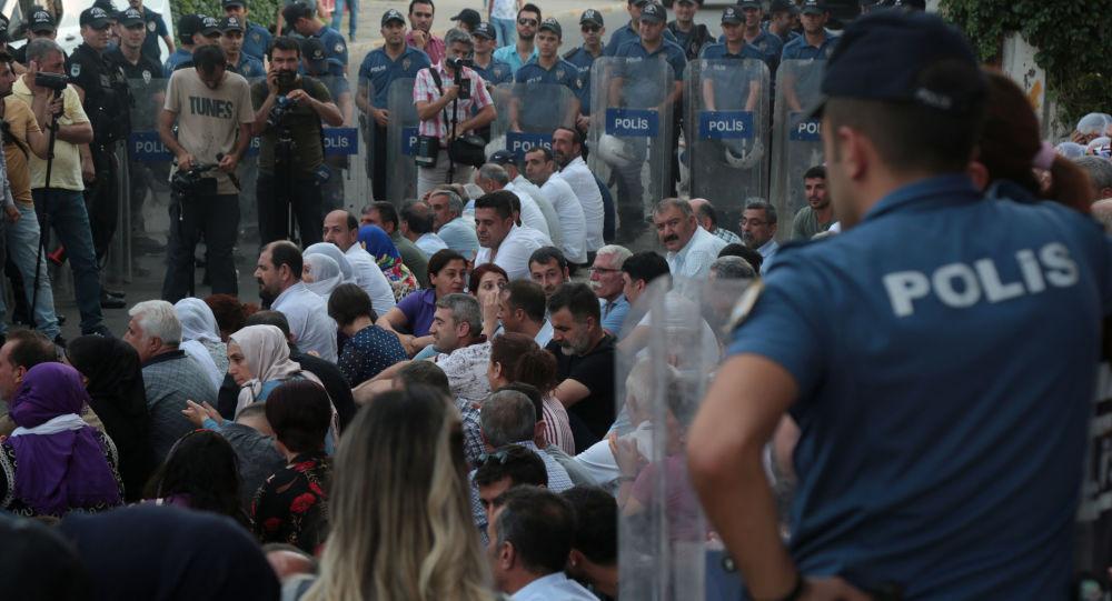 HDP'li vekillerden oturma eylemi