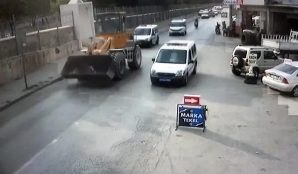 İşten çıkarıldı; hem iş makinesini hem polisi kaçırdı !
