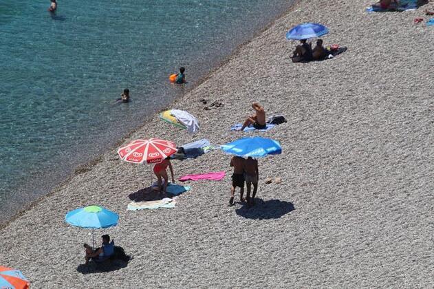 Sıcaklıklar 40 dereceyi aşınca Antalya sahilleri boş kaldı!