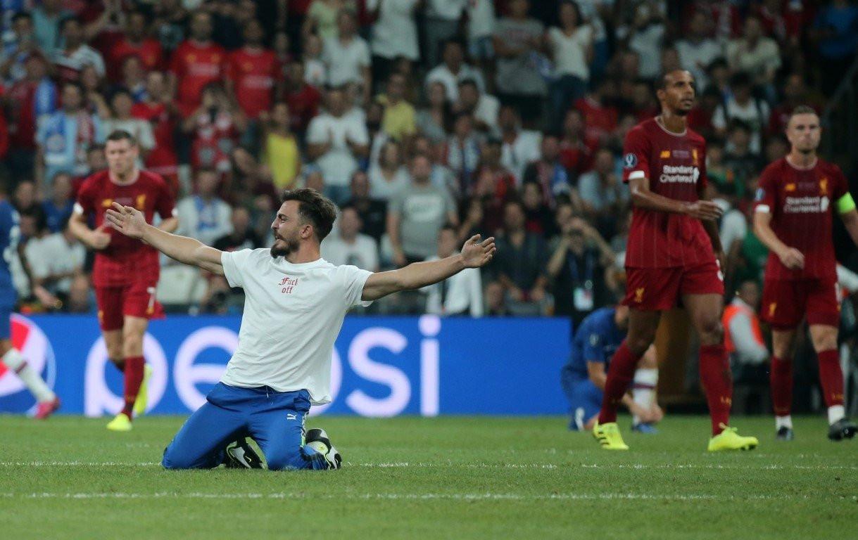Liverpool - Chelsea Süper Kupa maçında sahaya taraftar girdi