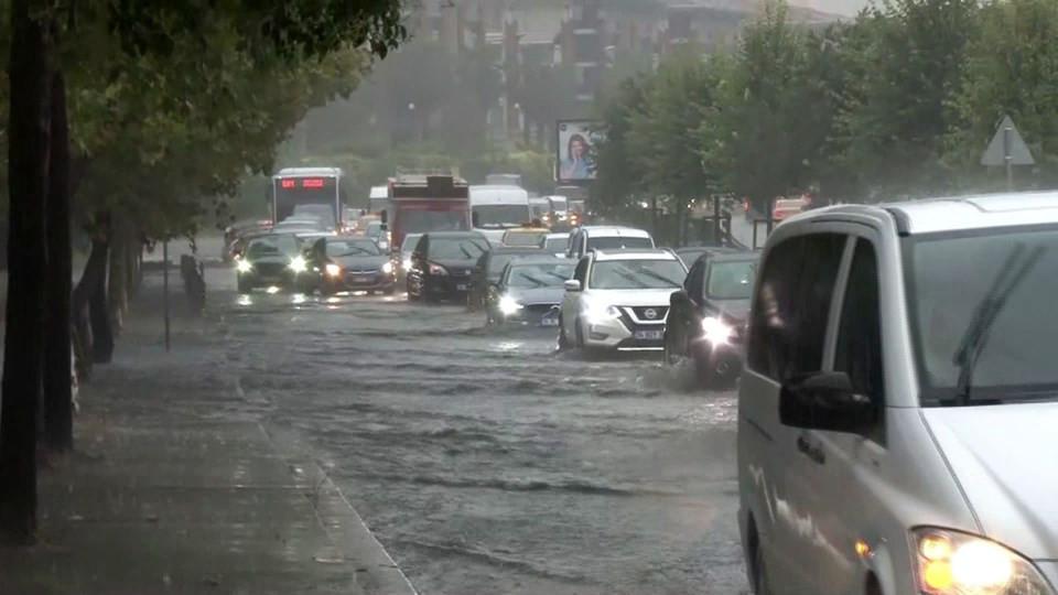 İstanbul'da sağanak: Yeraltı çarşısını su bastı, deniz ile kara birleşti