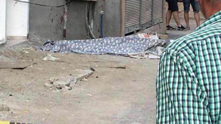 İzmir'de dehşet ! Sokak ortasında satırla öldürdü