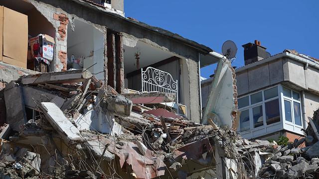 İstanbul'da kan donduran yıkım! Binanın duvarları yokmuş!