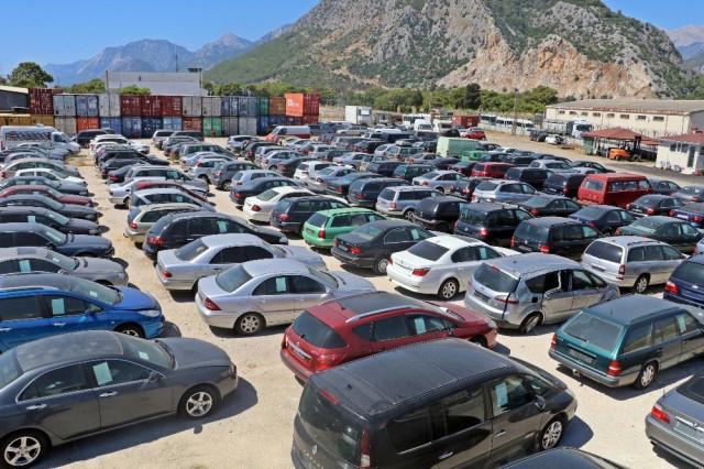 Gümrüğe takılan araçlar düşük fiyatlardan satılıyor