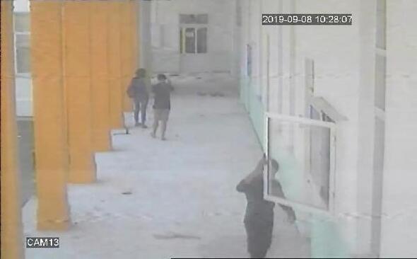 Okuldaki Türk bayrağını indirip kaçtı !