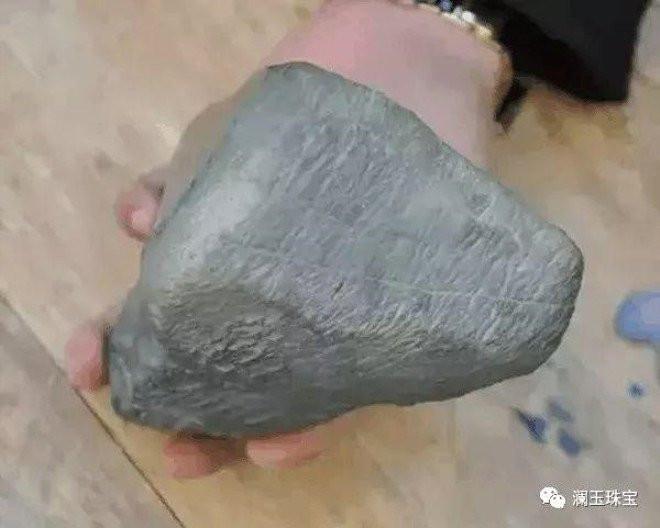 Yolda yürürken bulduğu taş hayatını değiştirdi!