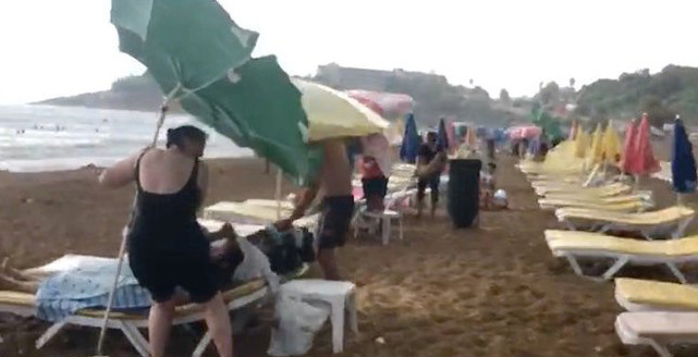 Antalya'da şok görüntü ! Plajda doluya yakalandılar