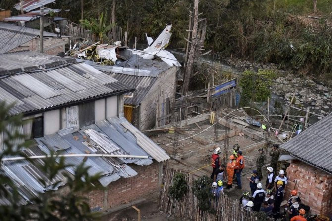Kolombiya'da yolcu uçağı düştü