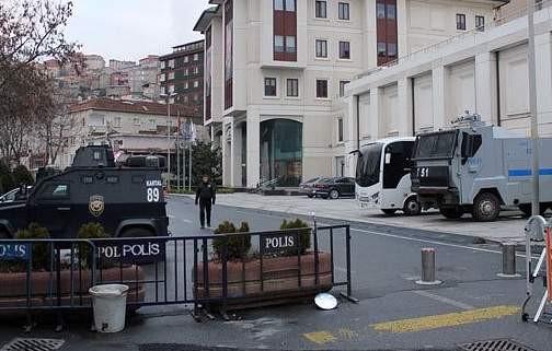 Bir eylem de AK Parti binası önünde! Oturma eylemine başladılar
