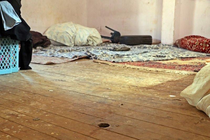 'Evde yılan var' korkusuyla 45 gündür damda uyuyorlar