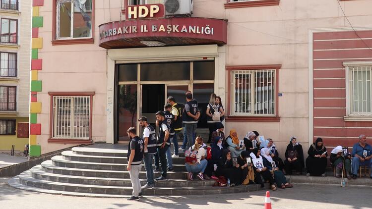 HDP önünde oturanları tehdit etmişti... Yakalandı !
