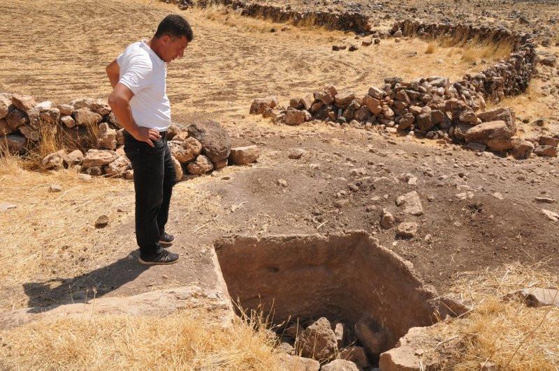 Mardin Derik'te kaçak kazıda 1500 yıllık mozaik bulundu