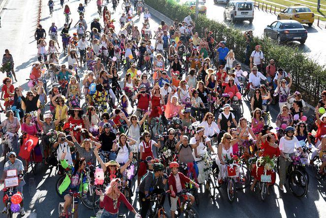 İzmir'de 'Süslü Kadınlar Bisiklet Turu'nda pedallar özgürlük için çevrildi