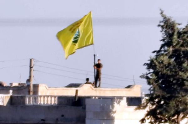 Teröristlerin sınırda bayrak oyunu