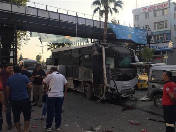 Adana'da polis servis aracına saldırı ! İşte ilk görüntüler