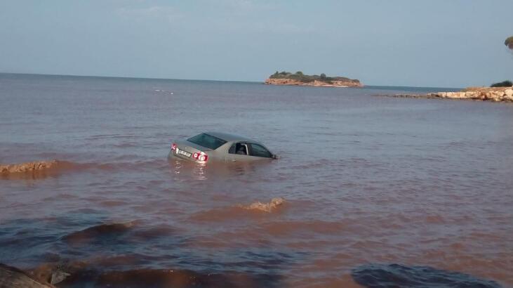 Aydın'da ilginç görüntü ! Otomobil denize sürüklendi