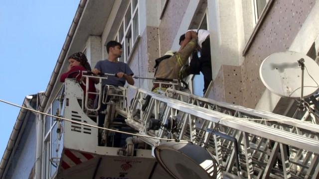 Fatih'te 5 katlı binada yangın ! Mahsur kaldılar