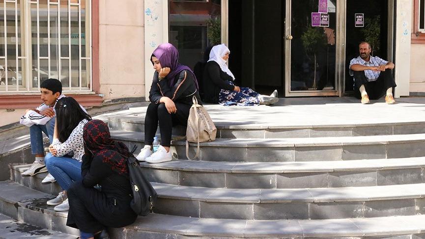 HDP'nin önünde ''çocuğumuzu geri verin'' eylemi