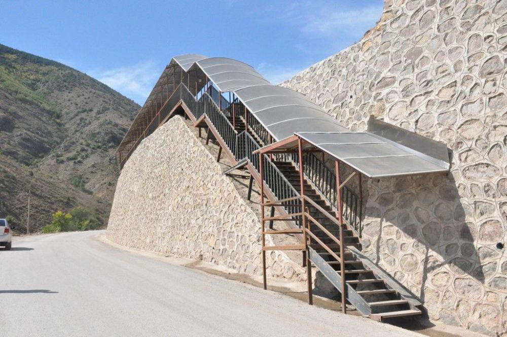 Yurda 550 basamaklı merdivenle çıkıyorlar