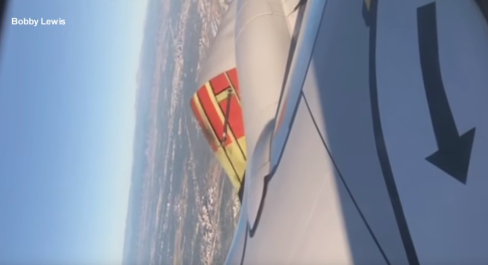 Havada panik anları: Uçağın motor kapağı açıldı