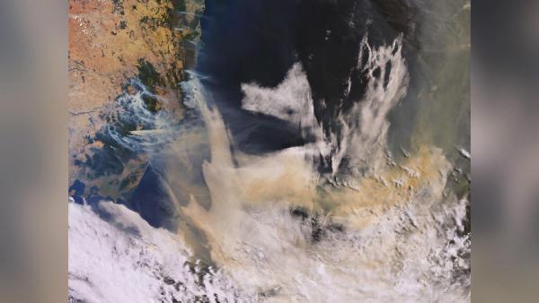Avustralya'yı küle çeviren yangın uydudan görüntülendi