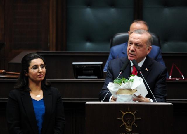 AK Parti grubuna damga vuran anlar ! Erdoğan kürsüyü ona bıraktı