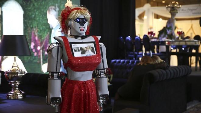 Kınayı artık robotlar getirecek ! Türkü bile söylüyor
