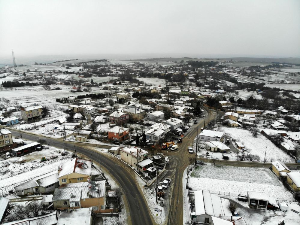Kar İstanbul'a giriş yaptı ! İki ilçe beyaza büründü