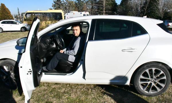 Sıfır diye aldığı otomobilin boyanmış ve camının değiştiğini öğrendi