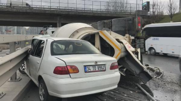 Beton mikseri otomobilin üzerine devrildi ! Feci kaza kamerada