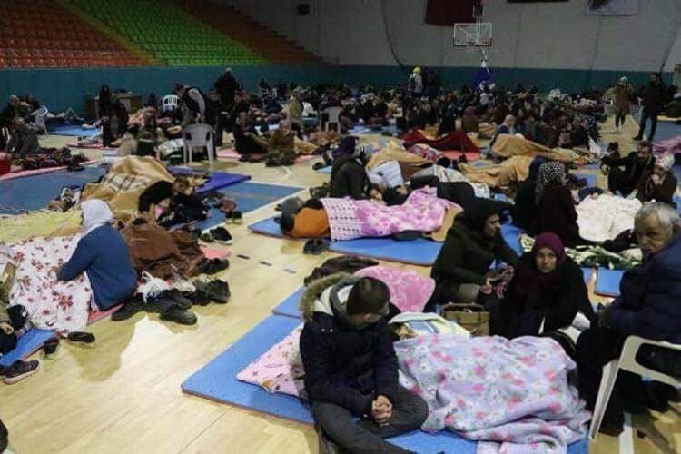 Depremzedeler geceyi böyle geçirdi