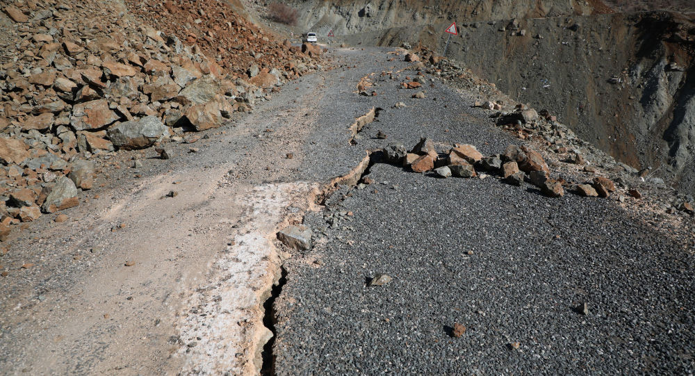 Depremin şiddetiyle yolu böyle ikiye ayırdı!