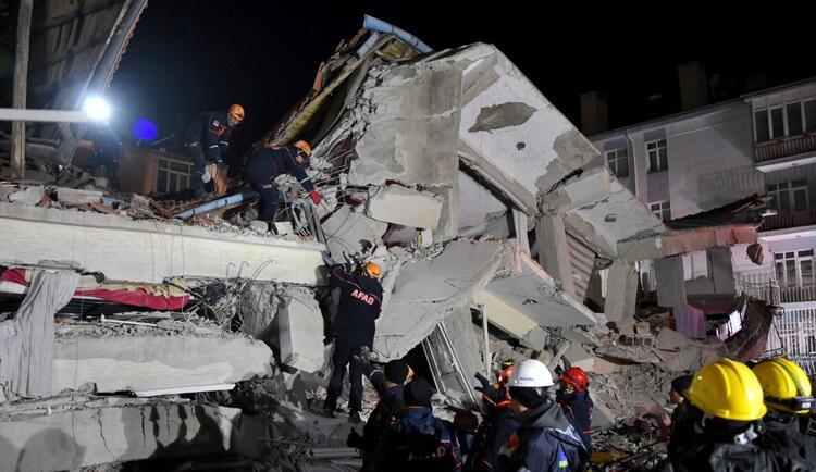 ''Üzüntüden gözümü kırpmadım...'' Ünlülerden deprem mesajları