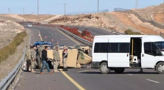 Askeri araç devrildi! Yaralılar var...