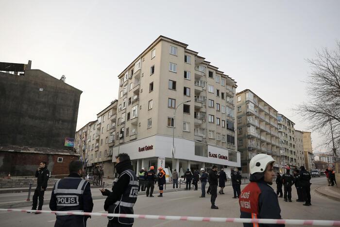 Elazığ'da 5 katlı binanın yıkımına başlandı !