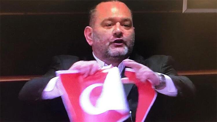 Bakan Çavuşoğlu, Türk bayrağı yırtan ırkçı vekile ateş püskürdü